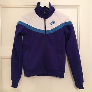 Kornblå retro ziptröja från Nike.