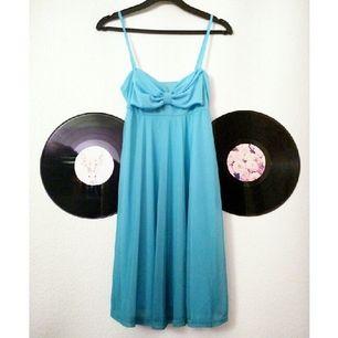 Ljusblå sommarklänningen med en ombre-liknande kjol, tyget blir mörkare nertill