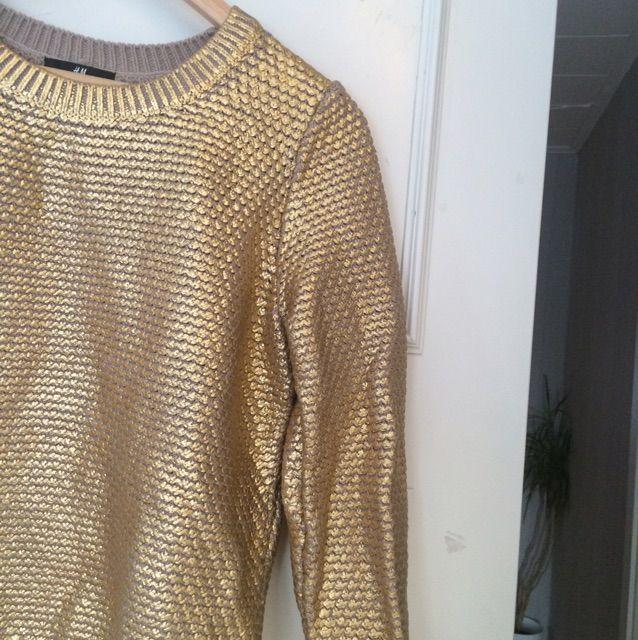 En tröja från HM i guldfärg. Sparsamt använd . Huvtröjor & Träningströjor.