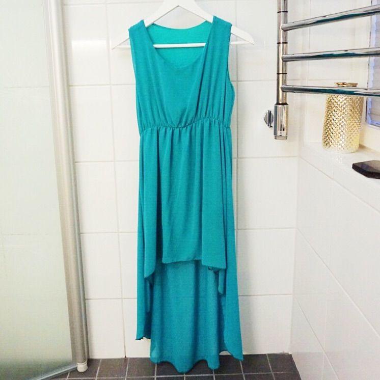 222a71d211ca Blå/grön klänning som är längre bak till. Köpt i Italien och använd vid ...