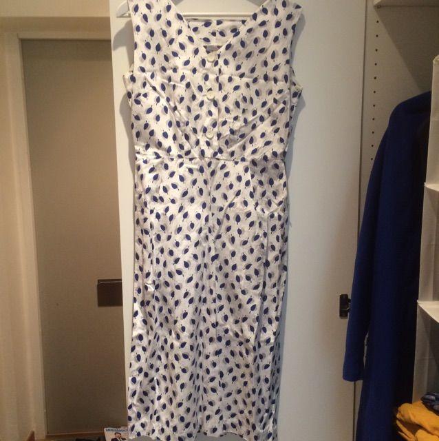d6bfa5c595f9 Söt vintage klänning med gulliga detaljer. Kommer med en kavaj som kan  användas med eller ...
