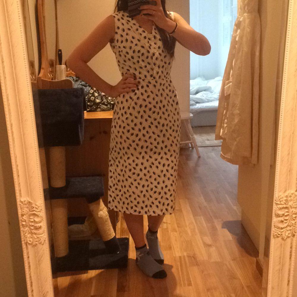 627e0a7d39f1 ... Söt vintage klänning med gulliga detaljer. Kommer med en kavaj som kan  användas med eller ...