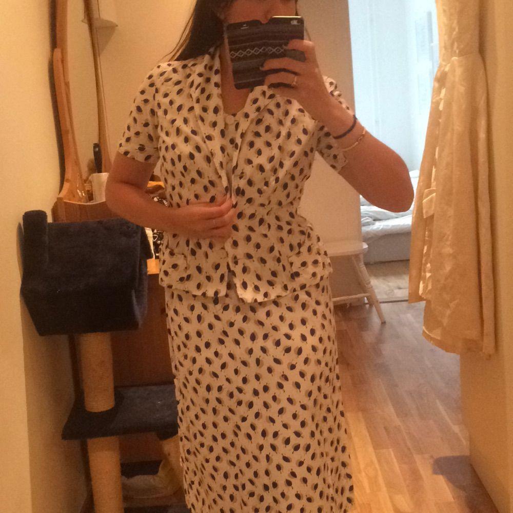 8b976d234771 ... Söt vintage klänning med gulliga detaljer. Kommer med en kavaj som kan  användas med eller