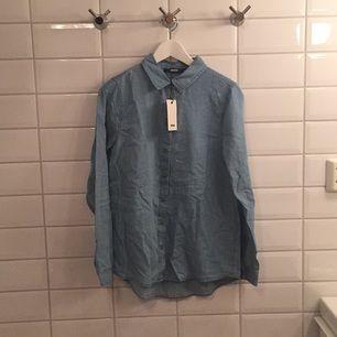 Jag säljer min ljusblåa jeansskjorta ifrån BikBok i storlek M då den aldrig blivit använd, lapparna sitter till och med kvar. Jag tycker den är storleksenlig!