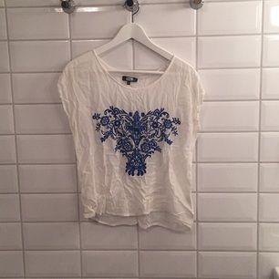 Jag säljer min blus ifrån BikBok i storlek M då den knappt blivit använd. Den är i mycket bra skick, som ny. Jag tycker den är storleksenlig!