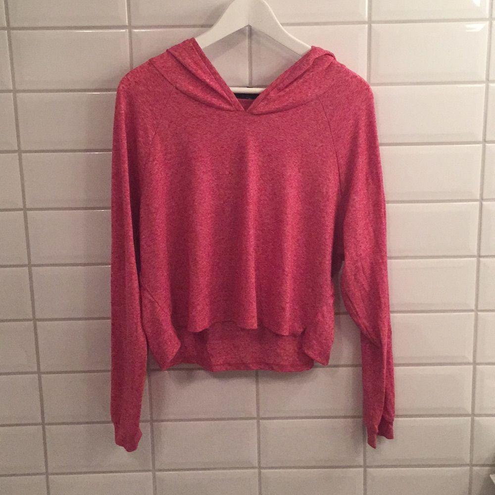 Jag säljer min tröja med luva ifrån BikBok i storlek L då den knappt blivit använd. Den är i mycket bra skick, som ny. Jag tycker den är storleksenlig!. Huvtröjor & Träningströjor.