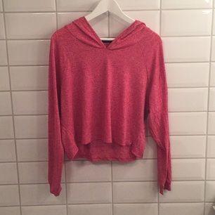 Jag säljer min tröja med luva ifrån BikBok i storlek L då den knappt blivit använd. Den är i mycket bra skick, som ny. Jag tycker den är storleksenlig!