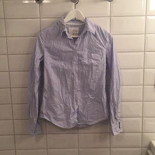 Jag säljer min ljusblårandiga skjorta ifrån H&M i storlek 38 då den knappt blivit använd. Den är i mycket bra skick, som ny. Jag tycker den är storleksenlig!