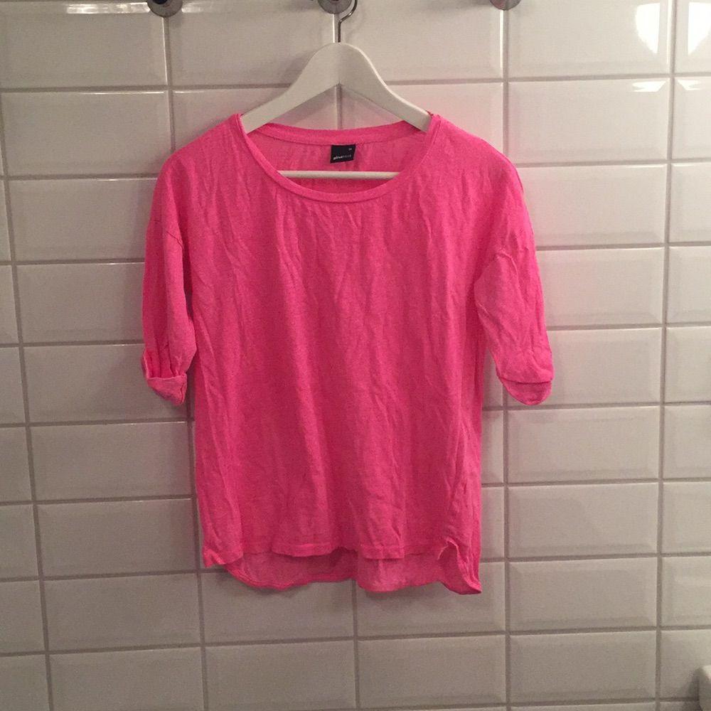 Jag säljer min rosa trekvartsärmade tröja ifrån Gina Tricot i storlek Xs då den knappt blivit använd. Den är i mycket bra skick, som ny. Jag tycker den är lite större än en XS!. Toppar.