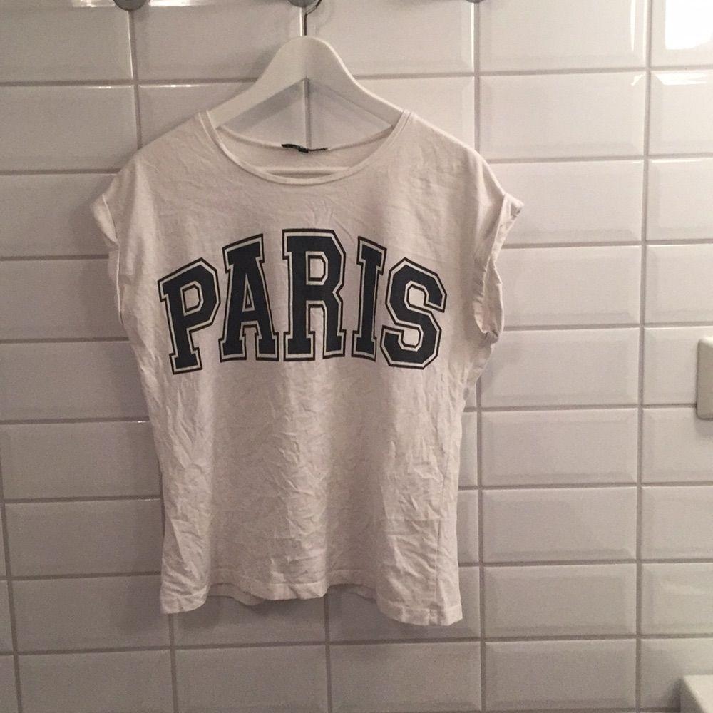 Jag säljer min T-shirt ifrån BikBok i storlek S då den knappt blivit använd. Den har två små små fläckar men är annars bra skick. Jag tycker den är storleksenlig men skulle även passa M!. T-shirts.