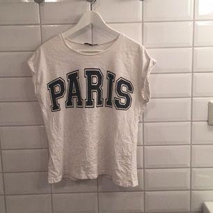 Jag säljer min T-shirt ifrån BikBok i storlek S då den knappt blivit använd. Den har två små små fläckar men är annars bra skick. Jag tycker den är storleksenlig men skulle även passa M!