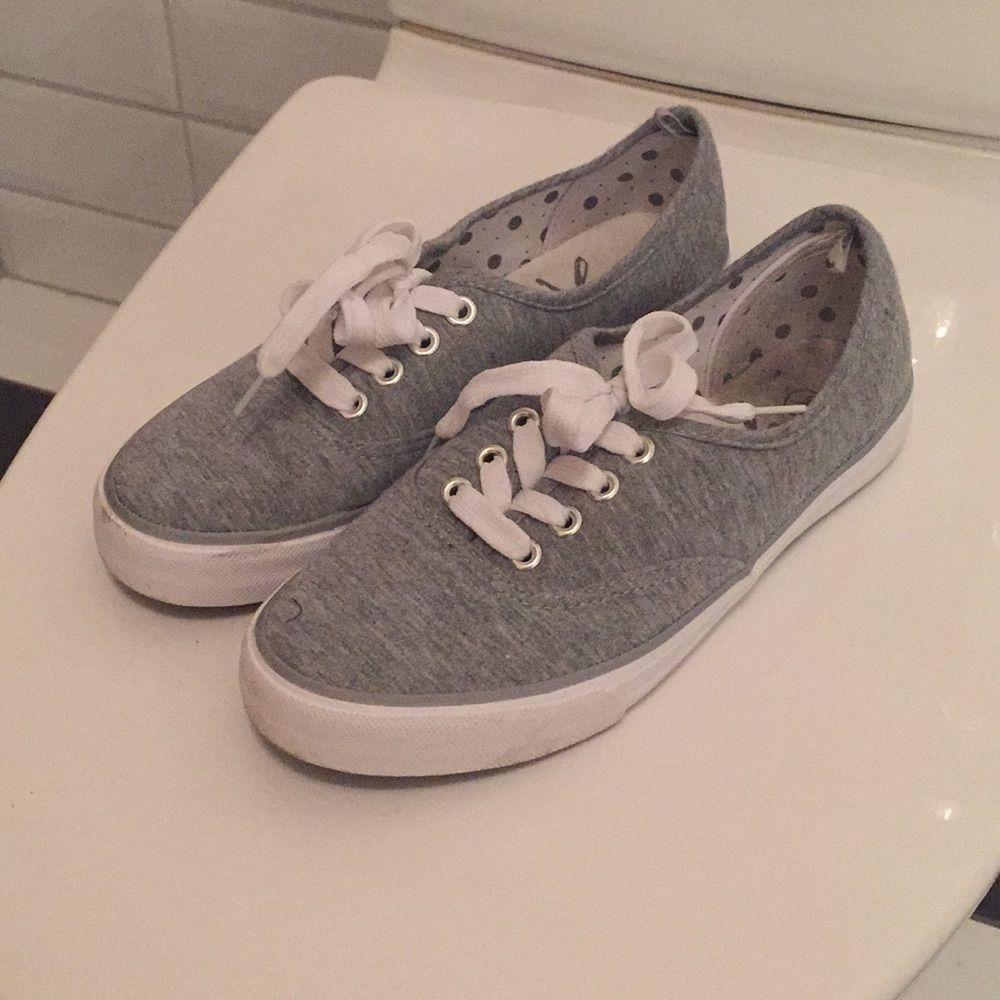 Jag säljer mina låga skor ifrån Primark - London i storlek 37 då de knappt blivit använda. De är i mycket bra skick, som nya. Jag tycker de är storleksenliga!. Skor.