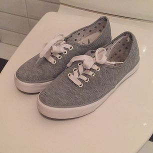 Jag säljer mina låga skor ifrån Primark - London i storlek 37 då de knappt blivit använda. De är i mycket bra skick, som nya. Jag tycker de är storleksenliga!