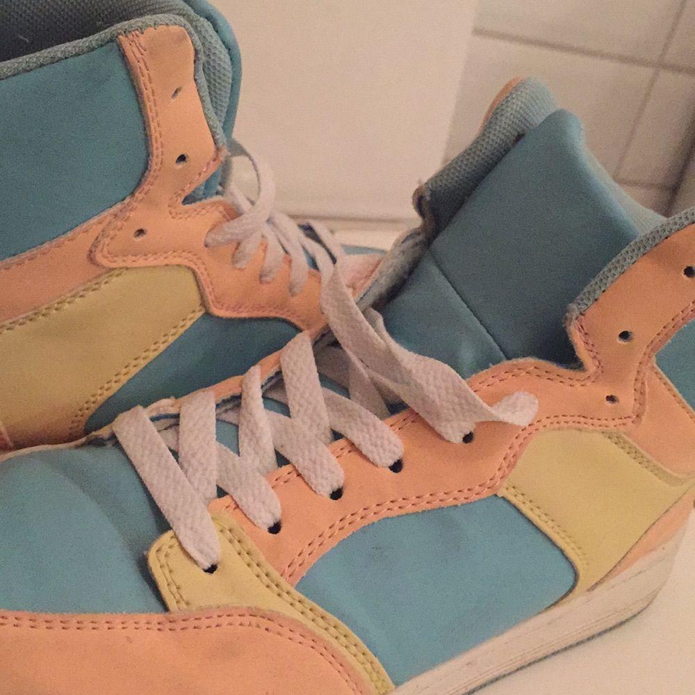 Jag säljer mina Sneakers i storlek 37 då de knappt blivit använda. De är i mycket bra skick. Jag tycker de är storleksenliga!. Skor.