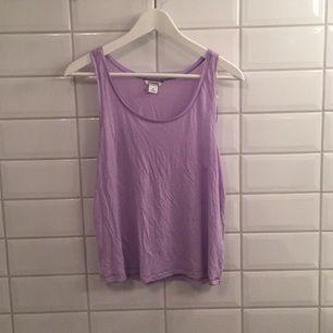 säljer mitt ljuslila linne då jag aldrig använder linnen typ?😅  Det är en liten lila fläck bak i nacken...  Storleken är iallafall storleksenlig!