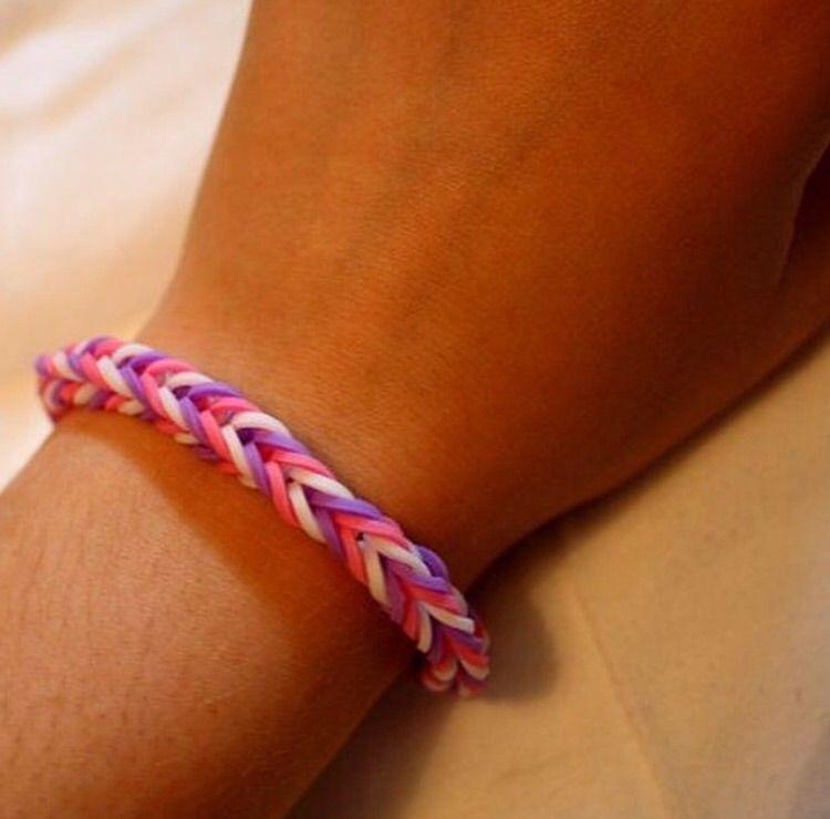 Ett armband jag gjort själv av små gummisnoddar. Har du önskemål om andra färger eller en specialstorlek (tex jättestort eller jättelitet), så ska det nog gå att ordna🙈. Accessoarer.