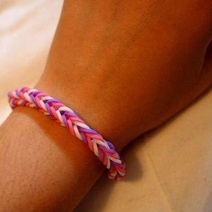 Ett armband jag gjort själv av små gummisnoddar. Har du önskemål om andra färger eller en specialstorlek (tex jättestort eller jättelitet), så ska det nog gå att ordna🙈