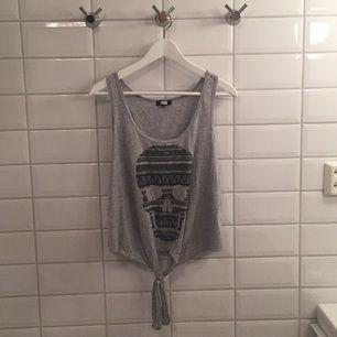 Säljer ett linne med dödskalle på ifrån BikBok då jag aldrig använder det längre. Storlek S och mycket fint skick, passar även M!