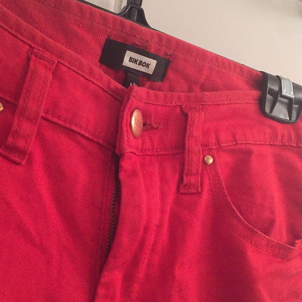 Klarröda Jeans i Storlek M. Har aldrig använt dem så de är helt nya! ifrån BikBok. Jeans & Byxor.