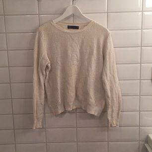 Lite äldre tröja ifrån Zara. Säljer då jag aldrig använder den längre. Har varit använd en del men ändå i bra skick!