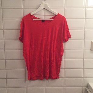 Klarröd ganska tunn T-shirt ifrån Gina Tricot som aldrig riktigt är använd, därför i mycket bra skick! Storlek M men kan passa L också!