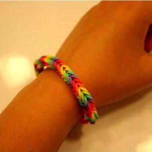 Ett armband jag gjort själv av små gummisnoddar i regnbågens alla färger. Har du önskemål om andra färger eller en specialstorlek (tex jättestort eller jättelitet), så ska det nog gå att ordna🙈