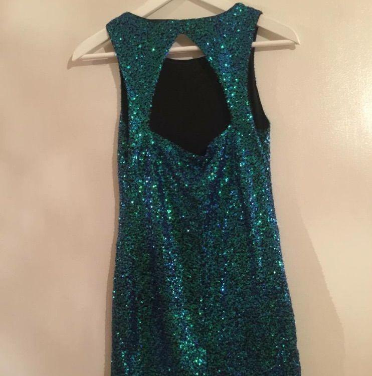 3019cc6a2244 ... Glittrig grön/blå klänning från divided H&M använd under en kväll,  storleken är 36