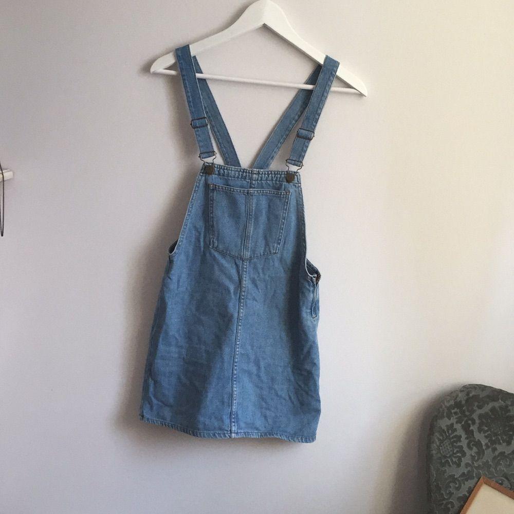 ed0af04d41f9 Hängselklänning i denim. Köpt i Paris från butiken Bershka. Passar utmärkt  med en pastelloutfit ...