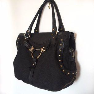Svart väska från DKNY Använd några få gånger. Köpt på NK för ca 2000