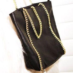 Svart väska med guldkedjor från Tiamo, scorett i Stella McCartney liknande stil! Använd någon enstaka gång bara så är näst intill nyskick. Nypris: 499:-