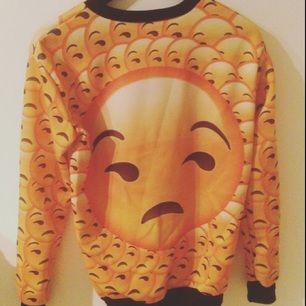 Säljer emoji tröja, köpt från annons på Facebook, storlek S