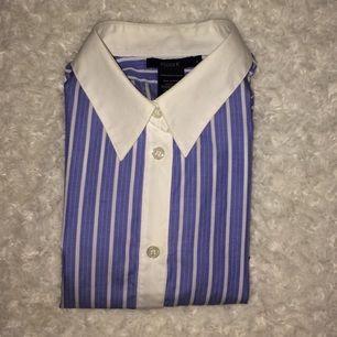 Blåvit randig skjorta från Filippa K i gott skick. Endast använd 1 gång på grund av fel storlek. Skriv vid intresse!