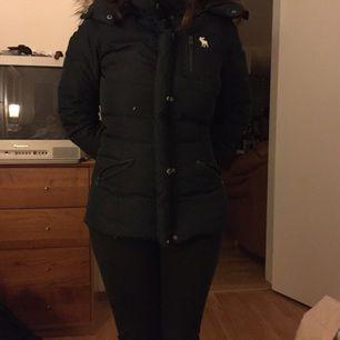 Abercrombie & Fitch vinterjacka i storlek s(ganska liten i storlek), den är knappt använd!!