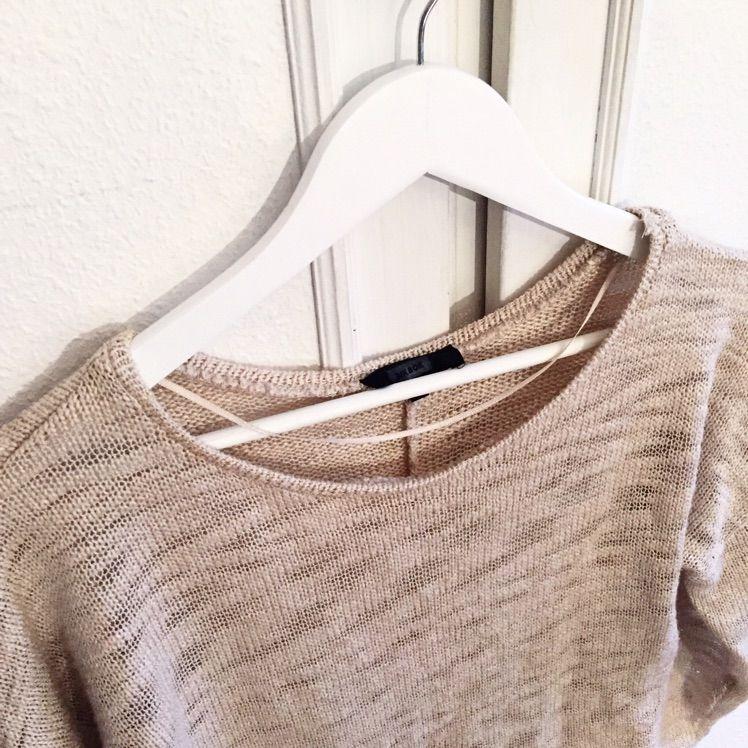 En snygg beige tröja från Bikbok! Passar perfekt nu till våren! . Tröjor & Koftor.