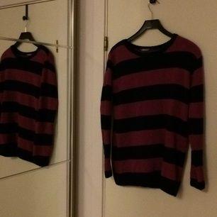 Fin mörk blå och  lila randig lång ärmad tröja (ser rött ut på bilden men rosa lila i verkligheten). Från lindex vet inte vad den kostat, Säljer för 65kr, från barn avdelningen 158/164 , passar som en lång XS eller kort S