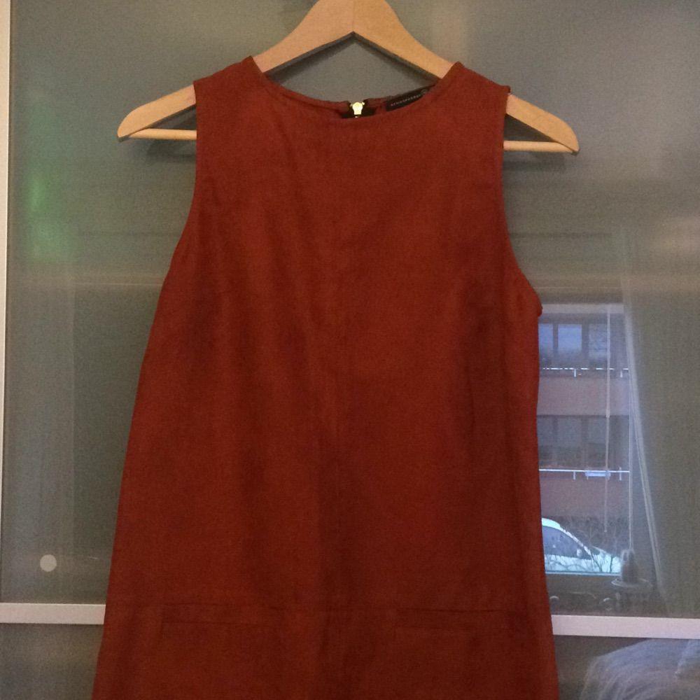 34224819af2b Såå fin roströd klänning i mockamaterial (ej äkta) köpt i London men den är  ...