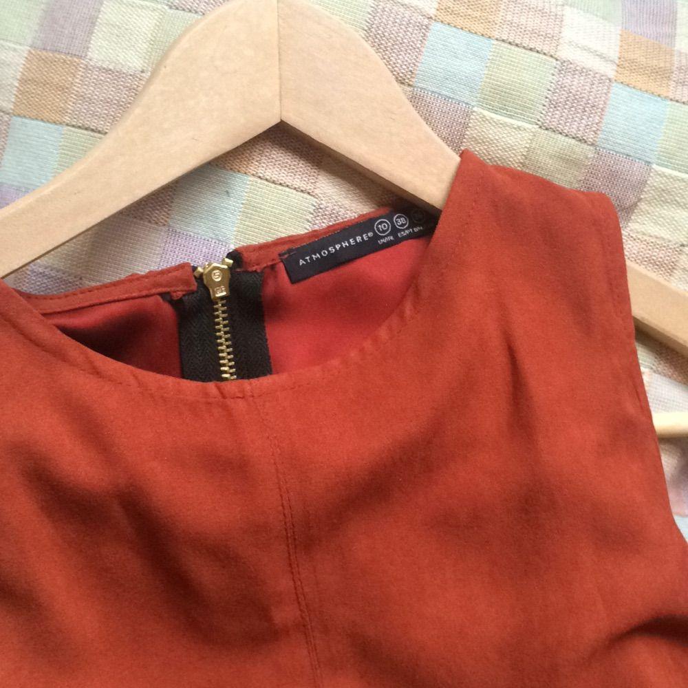 f3615c31fc42 ... Såå fin roströd klänning i mockamaterial (ej äkta) köpt i London men  den är
