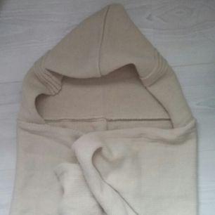 fin beige scoodie! en scoodie är en mix av en hoodie och scarf, alltså luva och halsduk. den går att snurra runt halsen 1-2 varv, inte så tjock, mjukt material och felfri! används sällan därför säljer jag den :)