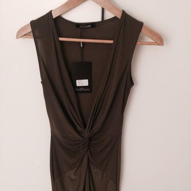 b4efba93319f En militärgrön klänning i lyckra. Köpt i London och är Aldrig använd.