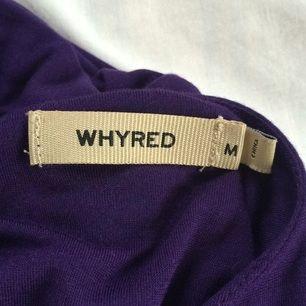 Oanvänd Whyred klänning/topp i lila. Går att både använda som klänning och topp eftersom den är kort. Små axelvaddar och lite uringat i bak. Nypris 800kr