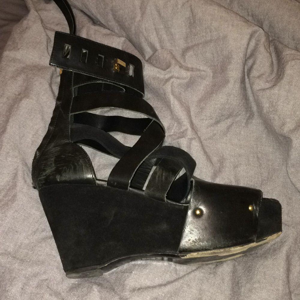 Kilklacksskor från acne i svart läder och mocka. Remmar som går över foten och en dragkedja bak. Jättesköna att gå i!. Skor.