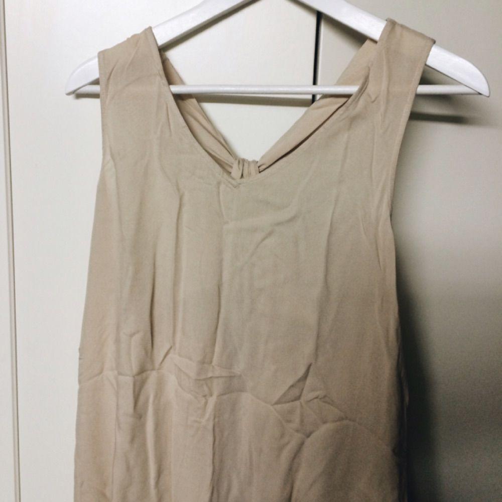 9f498fc8c76c Jättefin klänning i beige. Längden är ungefär till knäna (jag är 1.64).
