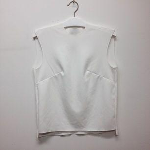 En fin egengjord och egendesignad vit tröja som är något kortare i fram och har breda axelband. Är i storlek M/L men funkar som oversize topp till S. Bara använd någon gång, frakt tillkommer