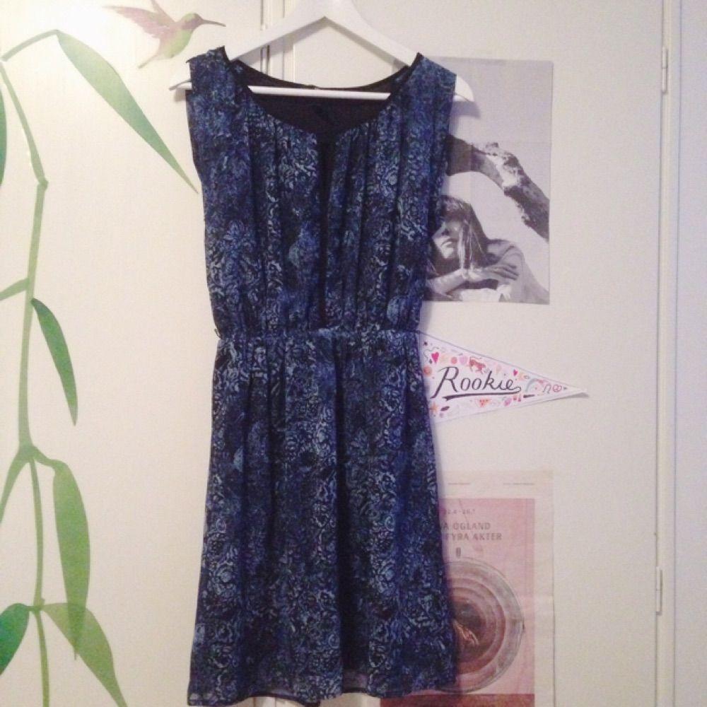 6bee718e5777 Blåmönstrad klänning från hm. Knappt - Klänningar - Second Hand