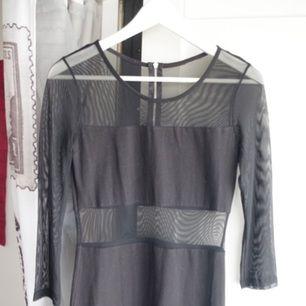 Lång klänning med cut-out och dragkedja i ryggen.