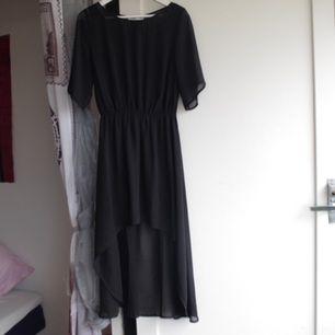 Svart maxi klänning, längre baktill än vad den är framtill. Triangel cut-out i ryggen. Den ser mycket bättre ut på än vad den gör på en galge. Då blir överdelen lite puffigare och klänningen blir lite mer livfull än vad den ser ut på bilderna.