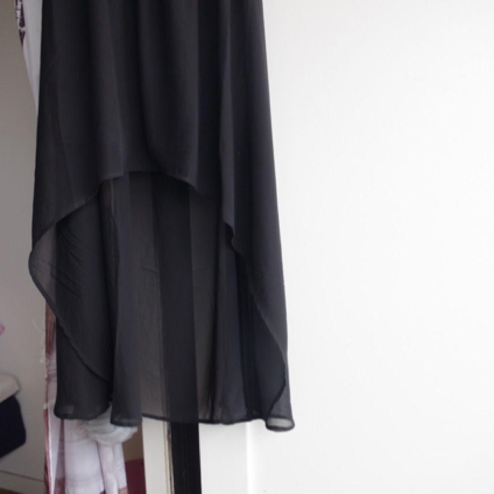 Svart maxi klänning, längre baktill än vad den är framtill. Triangel cut-out i ryggen. Den ser mycket bättre ut på än vad den gör på en galge. Då blir överdelen lite puffigare och klänningen blir lite mer livfull än vad den ser ut på bilderna. . Klänningar.