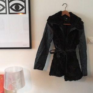 Fin vinterjacka från hm i läderimitation och faux svart päls. Fint skick.  Köparen betalar eventuell frakt