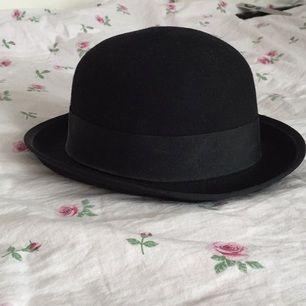 Superfin klassisk hatt i fin kvalitet. Mäter ca 56cm runtom. Knappt använd, har mest bara hängt i garderoben, förtjänar mer kärlek än så.