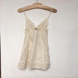Fint linne från Oddmolly i crémevit.